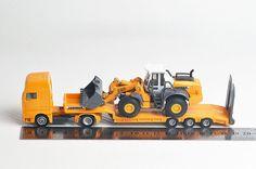SIKU alloy car model 1839 heavy flatbed truck with Liebherr bulldozer 1:87 alloy model truck.