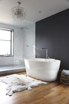 Da weiß man gar nicht, wo man zuerst hinschauen soll.. Ein Badezimmer mit freistehender Wanne, Fell und Kronleuchter!