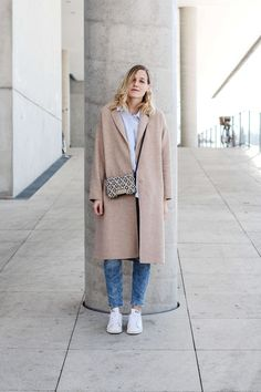 tifmys – Coat, blouse and earrings: Zara | Jeans: H&M | Sneakers: Adidas Stan Smith | Bag: ZAC by Zac Posen Earthette
