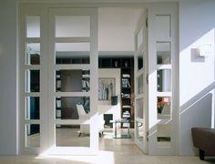 Eine zweiflügelige, raumhohe Tür verleiht dem Wohnzimmer oder der Bibliothek einen exklusiven Touch.