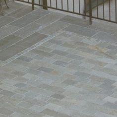 Dettaglio pavimentazione realizzata in parte con quadrotti piano naturale e coste martellinate ed in parte con piastrelle piano naturale e coste segate. Le due tipologie di pavimento sono separate da una piccola greca in cubetti.