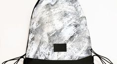 Tornazsák egyedi, kézzel festett fehérmintával. Nők és férfiak is bátran hordhatják. A minta egyedi, kézzel készült, így némileg eltérhet a képen látottól.  Anyag: vászon, textilbőr, poliészter zsinór  Méret:46 x 40 cm   Szín: fekete-fehér Drawstring Backpack, Backpacks, Bags, Handbags, Backpack, Backpacker, Bag, Backpacking, Totes