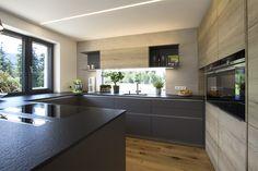 Küche in U-Form. Fronten in Eiche kombiniert mit anthrazit mit Steinarbeitsplatte. Planung: Elisabeth Laserer.