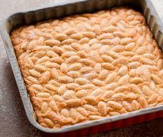 Questa torta è perfetta per accompagnare il tè delle cinque con gli amici. Le mandorle conferiscono al dolce morbidezza e umidità. La farina di mais, oltre a donare all'impasto un'allegra tinta. ♦๏~✿✿✿~☼๏♥๏花✨✿写☆☀🌸🌿🎄🎄🎄❁~⊱✿ღ~❥༺♡༻🌺<FR Mar ♥⛩⚘☮️ ❋ Kiss The Cook, Beautiful Fruits, Italian Cookies, Little Cakes, Almond Cakes, Biscotti, Dessert Bars, Wine Recipes, Gluten Free Recipes