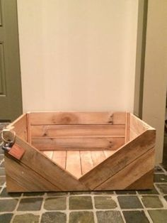 This handmade wooden dog bed is perfect for your lb dog. It is and sits flat to the ground. V neck entry provides style and keeps the This handmade wooden dog bed Shares Rustic Dog Beds, Wood Dog Bed, Pallet Dog Beds, Diy Dog Bed, Diy Bed, Pallet Wood, Diy Pallet, Pallet Ideas, Pallet Projects