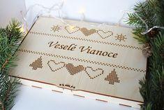 Drevené vianočné ozdoby v boxe, Závesné dekorácie  Sada 18 ks drevených ozdôb na vianočný stromček.  Rozmery: box: 28x19x1,8 cm; vianočne gule: 8x8 cm Box, Snare Drum