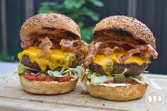 The classic barbecue! Make the perfect hamburger with the BBQproof recipe. Discover delicious combinations of flavors with our homemade burger. rnrnSource by Beef Dishes, Food Dishes, Big Mac Sauce Recipe, Bbq Hamburgers, Hamburger Hotdogs, Perfect Hamburger, Crazy Burger, Weber Bbq, Homemade Burgers