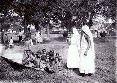 Kinderbewaarplaats met Hindoestaanse kinderen en vrouwen van Brits-Indische afkomst op de suikerplantage Mariënburg in het district Commewijne Datecirca 1910
