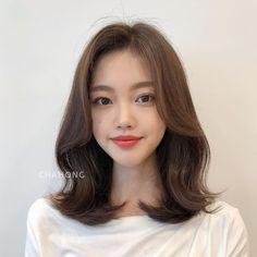 Korean Short Hair Bangs, Short Hair With Bangs, Hairstyles With Bangs, Two Color Hair, Medium Hair Styles, Curly Hair Styles, Haircuts Straight Hair, Middle Hair, Aesthetic Hair