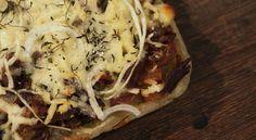 Pizza de aipim com recheio de carne seca e queijo