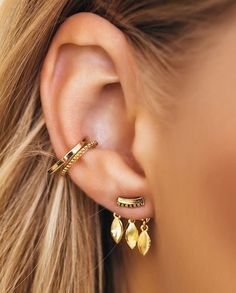 30 Ear Piercings for Women Beautiful and Cute Ideas Ear piercings are always hot! In other words, they can make you look totally different from the rest. Ear piercing is not just limited to the standar… Ear Jewelry, Cute Jewelry, Jewelry Box, Jewelry Accessories, Fashion Accessories, Fashion Jewelry, Gold Jewelry, Jewellery, Tiffany Jewelry