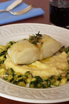 Bacalhau confitado com puré de batata e curgete salteada