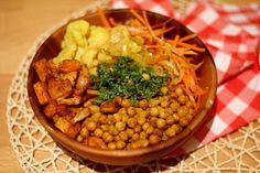 Ik ben tegenwoordig eenenorme fan van de buddha bowl, of eigenlijk: een bak met allemaal groente, granen en peulvruchten bedekt door een heerlijke dressing. Het fijne van een buddha bowl…