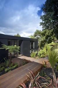 Black box – cube-like house by Chris Tate Architecture