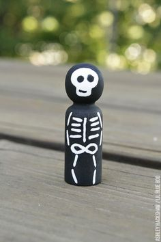 How to paint a skeleton peg doll - peg doll tutorial Halloween Arts And Crafts, Halloween Projects, Holiday Crafts, Wood Peg Dolls, Clothespin Dolls, Crazy Toys, Manualidades Halloween, Doll Painting, Indie