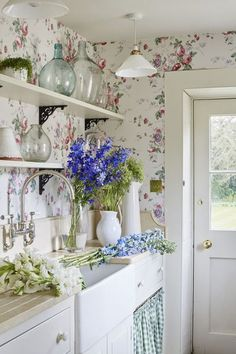 Floral laundry room #laundryroom #cottagestyle #cottagedecor