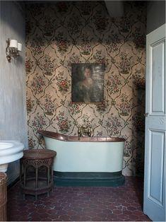 charming alcôve bathroom with a century copper bath tub Pierre Frey, Bathroom Furniture, Bathroom Interior, Rattan Furniture, Rooms Furniture, Modern Furniture, Furniture Design, Wicker Man, Eclectic Bathroom
