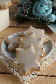 Stelline speziate Christmas Food Gifts, Christmas Desserts, Christmas Cookies, Christmas 2017, Christmas Biscuits, Star Cookies, Cookie Decorating, Love Food, Food Porn