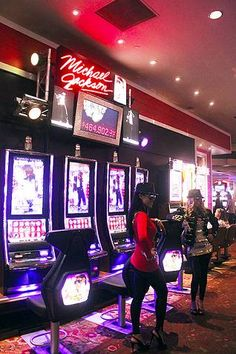 Players, fans take new Michael Jackson slot machine for a spin>