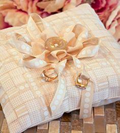 Esta almofada para alianças de casamento é linda e delicada.