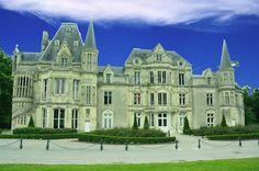 Château de Beauregard reconstruit par Jules Nicolas Lecesne (armateur havrais) au milieu du 19e dans un style gothique troubadour (typique de l'architecture normande de l'époque). Après la Seconde Guerre Mondiale, le château passe dans les mains de l'Etat qui y aménage un centre de colonie de vacances pour l'ORTF. Rachetée par la commune d'Hérouville Saint-Clair en 1977, il est réaménagé à partir de 1988 pour accueillir des ses salles de réceptions et de banquets.