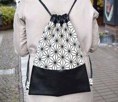 Turnbeutel Canvas und Lederimitat in schwarz Diy Backpack, Drawstring Backpack, Canvas Backpack, Diy Clothes Refashion, Transparent Bag, Sack Bag, Couture, Cloth Bags, Handmade Bags
