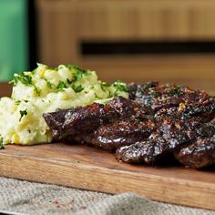 How to Cook Braided Skirt Steak. Thinly sliced and packed with flavorful spices, this meat dish is perfectly complement Meat Recipes, Mexican Food Recipes, Dinner Recipes, Fall Recipes, Skirt Steak Recipes, Cooking Tv, Argentine, Creamy Mashed Potatoes, How To Cook Steak