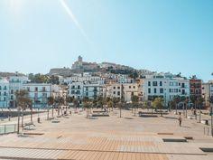 Ibiza im Oktober: So schön ist Ibiza in der Nebensaison - die Altstadt in Ibiza Halloween Fotos, Mansions, House Styles, Halloween Night, Vacation Places, Old Town, Tourism, Explore, Villas