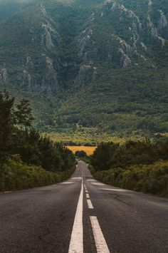 view of a long empty road photo – Free Road Image on Unsplash Road Pictures, Nature Pictures, Beautiful Roads, Beautiful Places, Empty Road, Road Photography, Image Nature, Background Pictures, Landscape Photography