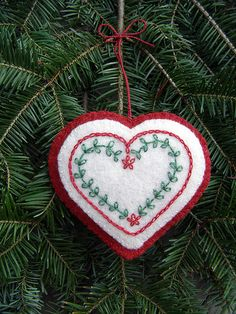 This would be a cool cookie: embroidered heart ornament Felt Christmas Decorations, Christmas Ornaments To Make, Handmade Christmas, Diy Christmas, Handmade Ornaments, Felt Ornaments, Handmade Bookmarks, Beaded Ornaments, Heart Crafts