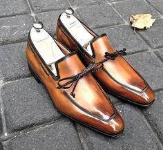 Souliers Neuhaus personnalisés, fabriqués en France et patinés à la main. Un modèle qui tire sa personnalité du lacet en cuir tressé positionné à la façon d'un «tassel loafer.».  Chic et «sport» à la fois, ce mocassin possède un charisme magnétique.  Modèle proposé en montage Blake sous gravure.  <em>La patine à la carte est incluse dans le prix du soulier.</em>