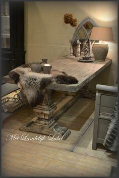Kloostertafel gezocht? Bij Met Landelijk Label in Borne vindt u de mooiste, stoerste en robuuste kloostertafels die in een landelijke stijl passen. Kom gerust langs in onze winkel om deze prachtige tafel in het echt te bewonderen.