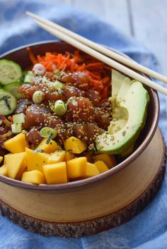 Tuna Poke Bowl with Mango and Quinoa - Sushi grade tuna with a salty dressing and a load of veggies all layered on a bed of quinoa. Fun Easy Recipes, Lunch Recipes, Seafood Recipes, Easy Meals, Healthy Recipes, Free Recipes, Sweets Recipes, Healthy Options, Poke Bowl