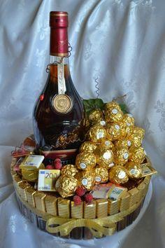 Chocolate Navidad, Chocolate Gifts, Homemade Gifts, Diy Gifts, Diy Birthday, Birthday Gifts, Chocolate Bouquet Diy, Bottle Cake, Flower Box Gift