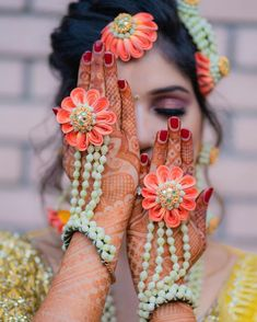 New Floral Jewellery Design we Spotted lately! Bridal Accessories, Bridal Jewelry, Hand Accessories, Flower Jewellery For Mehndi, Flower Jewelry, Haldi Ceremony, Bridal Photography, Schmuck Design, Contemporary Jewellery