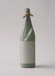 生活越來越方便,諸多事物卻在不經意之間失去蹤影。  日本酒的一升瓶,消失的不僅是酒瓶特有的質感;  日本酒改裝入小寶特瓶中,相互為對方倒酒時的互動隨之消失。  雖然,攜帶容易,然而洗淨一升瓶的工作消失了。  回收酒瓶的工作消失了。黏貼酒標的工作消失了。  工作明顯減少,大家分工合作的均衡狀態瓦解了。    ..............佐藤卓(Taku Satoh)   《鯨魚在噴水。》(クジラは潮を吹いていた。)  〈「便利」帶來的損失〉(「便利」により失うもの)   清川商店 會津清川,1989年