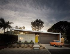 The Avocado Acres (Aa) House designed in collaboration with architect Lloyd Russell and Surfside Projects Modern Exterior, Exterior Design, Roof Design, Eichler Haus, Modern Garage Doors, Mid Century Exterior, California Homes, Encinitas California, Southern California