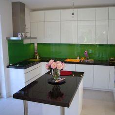 Für eine glänzende Küche wähle Sie eine polierte Granitarbeitsplatte und eine Glasrückwand.  http://www.arbeitsplatten-deutschland.com/glasrueckwand-hitzebestaendige-glasrueckwand