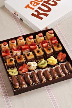 petit fours box. Fancy Desserts, Delicious Desserts, Yummy Food, Mini Cakes, Cupcake Cakes, Cupcakes, Mini Patisserie, Cake Recipes, Dessert Recipes