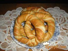 Recept za Bavarske đevreke. Za spremanje ovog jela neophodno je pripremiti brašno, so, šećer, kvasac, mleko, vodu, margarin, sitan sir, so.