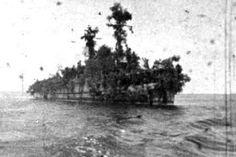 """Eine Insel mit zwei Masten:  Mit einer Höchstgeschwindigkeit von 15 Knoten war die """"Abraham Crijnssen"""" nicht schnell genug, um japanischen Schiffen im Ernstfall entkommen zu können. Und mit seiner 3-Zoll-Bordkanone und vier kleinen Flugabwehr-MGs nicht stark genug bewaffnet, um ernsthafte Chancen bei der Begegnung mit japanischen Kampfflugzeugen zu haben. Also besann sich die Besatzung auf eine andere Strategie - möglichst wirkungsvolle Tarnung."""