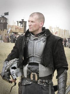 Plate armor ~ love the metalwork, needs protection on the abdomen Medieval Armor, Medieval Fantasy, Medieval Costume, Arm Armor, Body Armor, Character Inspiration, Character Design, Costume Armour, Armor Clothing
