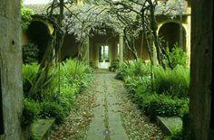 Garden Designs Ideas 2018 : courtyard garden with ferns Paul Gervais