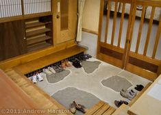 Iwatakan Inn Entryway Japanese Home Design, Japanese Interior, Japanese House, Japanese Style, Shoe Organizer Entryway, Entryway Organization, Japanese Apartment, Japanese Bedroom, Shoji Doors