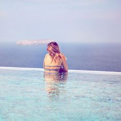 Santorin 🌸 Le soleil manque cruellement en Belgique ces temps-ci 😩 il fait quel temps chez vous? ☀️Et surtout où êtes-vous? 😜 #santorin #santorini #holiday #vacances #influencer