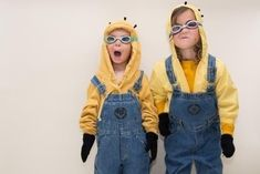 awesome diy minion halloween costumes from despicable me easy DIY halloween costumes ideas Diy Minion Costume, Minion Halloween Costumes, Diy Halloween Costumes For Kids, Fete Halloween, Diy Costumes, Costume Ideas, Spooky Halloween, Halloween Crafts, Mia Wallace