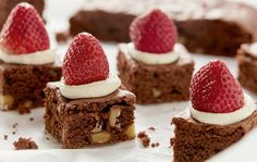 A dense and flavourful chocolate brownie, which melts in your mouth thanks to the cream cheese in both cake and topping. Cream Cheese Topping, Cream Cheese Brownies, Let Them Eat Cake, Cheesecake, Baking, Recipes, Food, Classic, Derby
