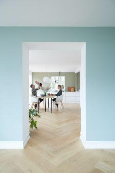 Se huset som ble kalt Danmarks vanskeligste oppussingsprosjekt | Boligpluss.no Murs Pastel, Architecture Classique, Teintes Pastel, Modern Kitchen Interiors, Minimal Home, Design Studio, Scandinavian Home, Common Area, Cool Walls