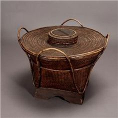 A Basket table Large Woven Basket, Large Baskets, Wicker Baskets, Asian Baskets, Traditional Baskets, Japanese Colors, Fibre And Fabric, Weaving Techniques, Basket Weaving