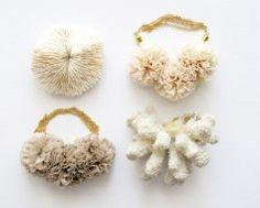 Vintage Coral Muestras y Pompom Collares de The Vamoose